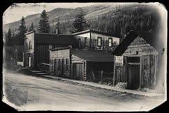 Фото черно-белого Sepia винтажное старых западных деревянных зданий в город-привидении золотодобывающего рудника St Elmo в Колора стоковые изображения rf