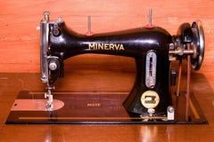 Фото швейной машины старой винтажной руки Селективный фокус Новым переконструированная отпуском банкнота доллара Стоковые Изображения
