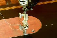 Фото швейной машины старой винтажной руки Селективный фокус Изображение макроса с хмурым влиянием Стоковое Фото