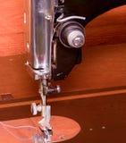 Фото швейной машины старой винтажной руки Селективный фокус Изображение макроса с хмурым влиянием Стоковые Изображения