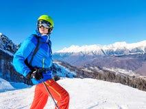 Фото шлема лыжника нося против предпосылки гор и голубого неба Стоковое Фото