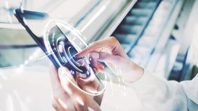 Фото экрана девушки касающего таблетки, влияний визуальных интерфейсов запачканная предпосылка Стоковое Изображение
