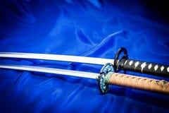 Фото японских оружий на голубой предпосылке стоковое изображение