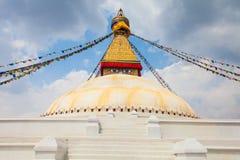 Фото Boudhanath Stupa в Kathmandu Valley с облаками небо Непал горизонтально Стоковое фото RF