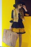 Фото Expo-2015 Представлять девушки Москвы модельный в сумасбродных костюмах хитрит Алиса с чемоданом и шляпой Стоковое Изображение