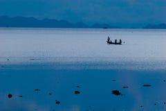 Фото fishermans в пляже шлюпки длинного хвоста тропическом на заходе солнца Остров pe li Ko горизонтально Стоковые Фото