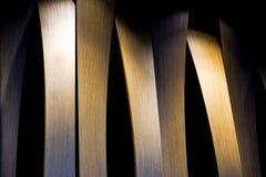 Фото Grunge внутреннее деревянной стены с боковым освещением от света приведенного Абстрактное изображение архитектуры в классиче Стоковое Изображение RF
