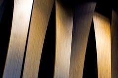 Фото Grunge внутреннее деревянной стены с боковым освещением от света приведенного Абстрактное изображение архитектуры в классиче Стоковое Фото