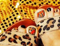 Фото pedicure как дизайн бабочки на конце предпосылки золота Стоковое фото RF