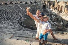 Фото selfie семейного отдыха в античных руинах амфитеатра в Si Стоковое Фото