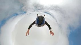 фото selfie dregree 360 skydiver над облаками с камерой прикрепленной на шлеме стоковое фото rf