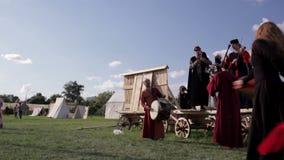Фольклорные музыканты и танцор 2 женщины Стоковая Фотография RF