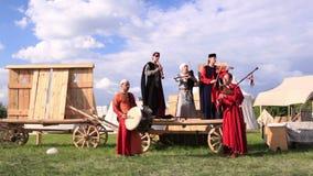 Фольклорные музыканты и танцор 1 женщины Стоковое фото RF