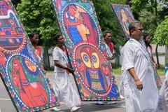 Фольклорные танцоры маршируя в прошлом с запасами Стоковое Изображение