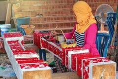 Фольклорный ремесленник красит древесину высекая от handmade стоковое фото rf