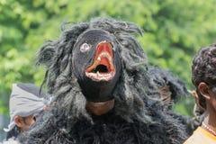 Фольклорный танцор одетый как медведь маршируя в прошлом Стоковое Изображение RF