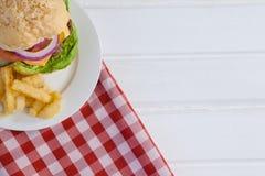 Фраи гамбургера и француза в плите Стоковые Фото