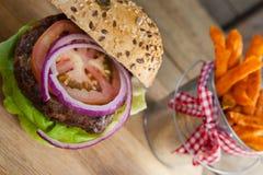 Фраи гамбургера и француза на прерывая доске Стоковые Изображения RF
