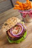 Фраи гамбургера и француза на прерывая доске Стоковое Изображение RF