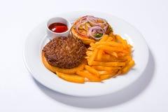 Фраи гамбургера и француза фаст-фуда на белой плите Стоковое Фото