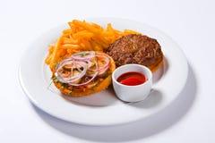 Фраи гамбургера и француза фаст-фуда на белой плите Стоковые Фото