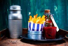 Фраи, кетчуп и соль макроса французские Стоковая Фотография
