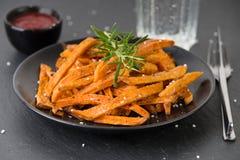Фраи сладкого картофеля с солью Стоковые Изображения