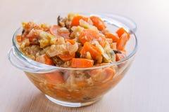 Фраи с мясом, капустой и морковами Стоковые Изображения RF