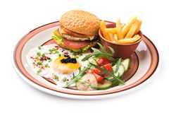 фраи яичек, бургера и француза на плите на белизне Стоковая Фотография