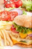 Фраи Cheeseburger и француза Стоковое Изображение RF
