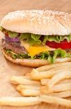 Фраи Cheeseburger и француза Стоковое Фото