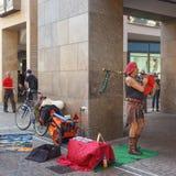 ФРАЙБУРГ IM BREISLAU, GERMANY-JUNE 25,2015: Музыкант улицы в улице города Черная пуща Германия Концепция фокуса Стоковое Изображение RF