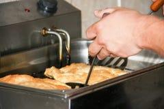 Фрай мяса пастозный в глубоком fryer стоковое фото rf