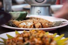 Фрай рыб в плите на таблице Стоковая Фотография RF