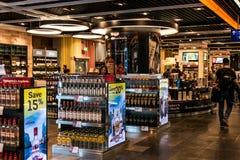 Франкфурт, Германия 29 09 2017 безпошлинных магазинов на немецком авиапорте duesseldorf с различными роскошными товарами Стоковое Изображение