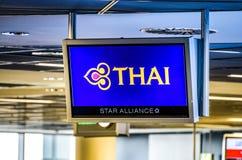 Франкфурт Германия, 23 02 Конец 2019 вверх логотипа Thai Airways на дисплее аэропорта стоковое фото