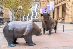 Франкфурт, Германия - ноябрь 2018: Скульптура медведя и Bull около здания фондовой биржи Франкфурта стоковое изображение rf