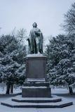 Франкфурт, Германия - 10-ое декабря: Статуя Shiller в снеге 10-ого декабря 2017 в Франкфурте Стоковые Фотографии RF