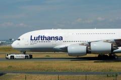 ФРАНКФУРТ, ГЕРМАНИЯ - 9-ое июня 2017: Аэробус A380 Люфтганза с регистрацией D-AIMH двигает на taxiway эвакуатором стоковая фотография