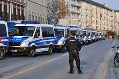 ФРАНКФУРТ, ГЕРМАНИЯ - 18-ОЕ МАРТА 2015: Полицейские машины, демонстрация стоковое изображение