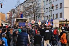 ФРАНКФУРТ, ГЕРМАНИЯ - 18-ОЕ МАРТА 2015: Толпы протестующих, демона Стоковая Фотография