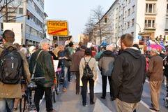 ФРАНКФУРТ, ГЕРМАНИЯ - 18-ОЕ МАРТА 2015: Толпы протестующих, демона Стоковое Изображение