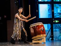 Франкфурт, Германия - 17-ое октября: Неопознанный женский совершитель играет барабанчики на день Японии на 17,2015 -го октября в  Стоковое фото RF