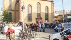 Франкфурт, Германия - октябрь 20,2018: Много охраняют наблюдают на массе толпы около Hauptwache Толпитесь, собирайтесь стоковые изображения rf
