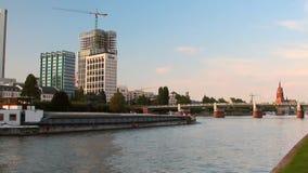 Франкфурт-на-Майне, Германия - 2-ое сентября 2017: Река, cargoship и город акции видеоматериалы