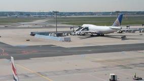 Франкфурт-на-Майне, Германия - 3-ье сентября 2017: Самолет на обслуживании на авиапорте видеоматериал