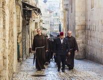 Францисканские отцы дальше через шествие Dolorosa Иерусалим Израиль стоковое фото rf