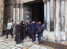 Францисканские отцы дальше через шествие Dolorosa Иерусалим Израиль стоковое изображение rf