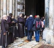 Францисканские отцы дальше через шествие Dolorosa Иерусалим Израиль стоковые фотографии rf