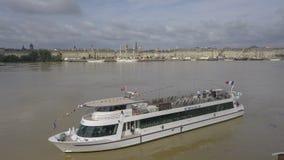 Франция, Жиронда, Бордо, 18-ое июня 2018, река Гаронна туристской шлюпки вида с воздуха стоковые фотографии rf